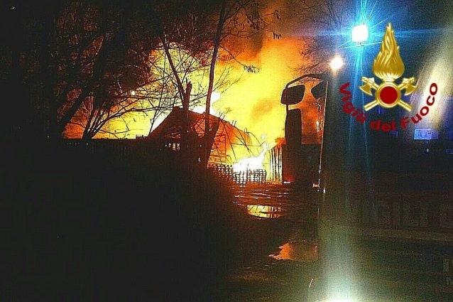 Appicca il fuoco alle sterpaglie, incendio raggiunge autostrada e centro vaccinale: arrestato 21enne