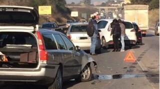Roma, incidente sulla Pontina all'altezza di Pratica di Mare: scontro tra tre auto, traffico in tilt