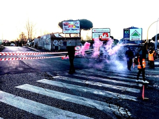 Trattati di Roma, prima protesta con sagome di poliziotti e filo spinato