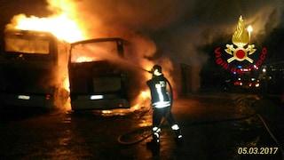 Andavano a Roma per assistere alla trasmissione 'C'è posta per te': bus distrutto dalle fiamme