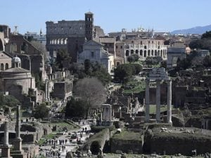 Turisti a passeggio per i Fori imperiali a Roma (Getty).
