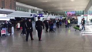 Passeggia per l'aeroporto di Fiumicino armato di coltello: fermato cittadino inglese