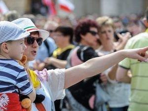 Mamma e figlio turisti in giro per Roma (Getty).