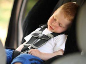 Un bambino in auto su un seggiolino (Immagine di repertorio)