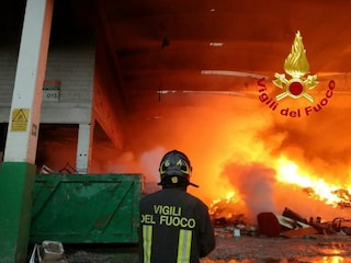 Appio-Latino, incendio in un'autorimessa di via Demetriade: bruciati tre pullman e due furgoni