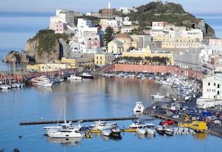 Spiagge affollate e assembramenti a Ponza: il sindaco vieta lo sbarco ai turisti in barca