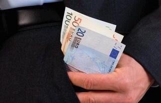 """Lei lo lascia, lui la perseguita e le estorce del denaro: """"Dammi 2mila euro o ti spezzo le gambe"""""""