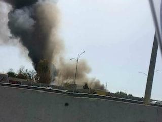 Roma, incendio in una discarica abusiva a La Rustica: alta colonna di fumo