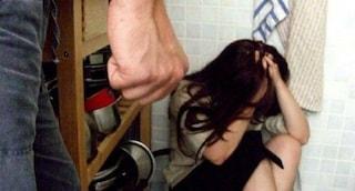 Frosinone, la moglie non gli compra le sigarette e lui la massacra di botte: 48enne a processo