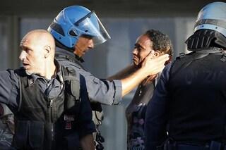 """Il poliziotto che """"accarezza"""" una rifugiata ha partecipato alla """"macelleria messicana"""" della Diaz"""