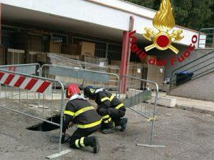 Vigili del fuoco a lavoro per mettere in sicurezza l'area
