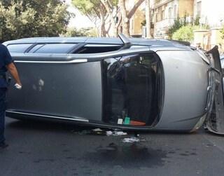 Incidente a Spinaceto, jeep colpisce 5 auto e si ribalta in viale Caduti per la Resistenza