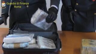 Fiumicino, beccato con 2kg di cocaina nel bagaglio collabora con la finanza e fa arrestare complici