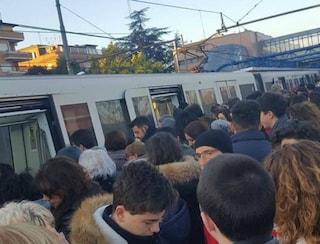 Linea Roma-Lido, treni cancellati e in ritardo: pendolari in rivolta per gli ennesimi disagi