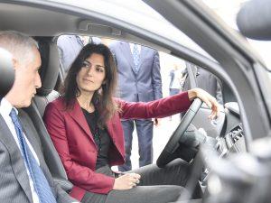 Virginia Raggi a bordo dell'automobile elettrica donata al Campidoglio