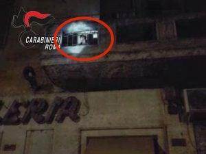 Il ladro sul balcone di un appartamento a Torpignattara, Roma