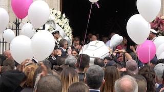"""L'ultimo saluto commosso a Pamela Mastropietro. La mamma: """"Ti hanno massacrata ma tu sei viva"""""""