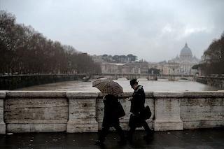 Malato d'Alzheimer, anziano si allontana sotto alla pioggia e scompare: i poliziotti lo ritrovano