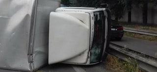 Roma, si ribalta un camion sulla via Pontina: tre feriti, traffico in tilt