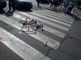 Roma, ciclista investito e ucciso da un camion: sciacallo gli ruba il portafogli