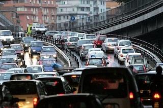 Autocarro prende fuoco sulla tangenziale est a Roma: traffico e lunghe code