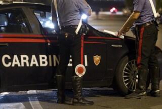 """Forzano posto di blocco e scatenano la folla contro i carabinieri: """"Distruggete l'auto di servizio"""""""