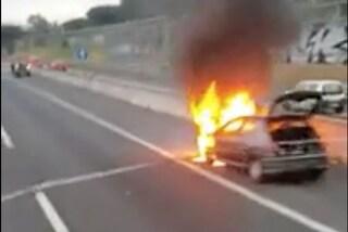 Auto in fiamme sull'A24 all'ingresso di Roma: traffico in tilt