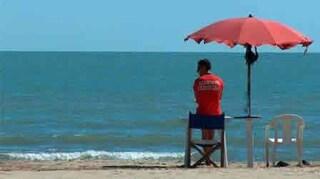 Latina, anziano rischia di annegare in mare: bagnino lo salva