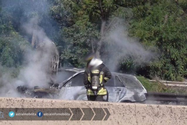 L'auto in fiamme (foto: Astral mobilità via Twitter)