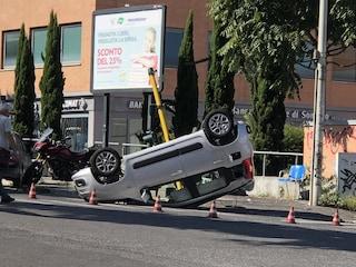 Minicar guidata da un 15enne si ribalta dopo scontro con un'auto: ferito grave un 80enne
