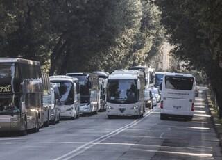 Roma, autista di bus turistici ruba denaro e carta di credito da una borsa incustodita: denunciato