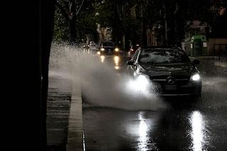 Diluvio a Roma, strade allagate e temporali: le piogge si abbattono ancora sulla capitale