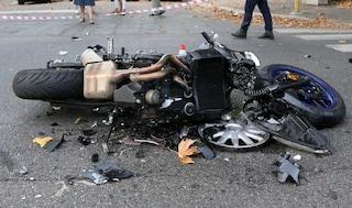 Frontale sui tornanti della Tuscanese, violento scontro tra moto e furgone: morto centauro