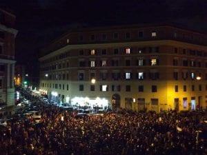 """Piazza dei Sanniti durante la manifestazione """"San Lorenzo abbraccia Desirée"""" di questa sera e partita da Piazza dell'Immacolata."""