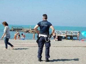 Vigili in spiaggia ad Ostia – foto Coro di Polizia Locale Roma Capitale
