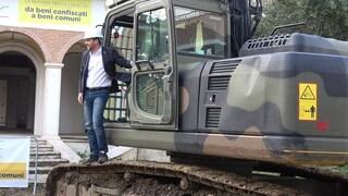 """Matteo Salvini sale sulla ruspa che demolirà la villa dei Casamonica a Roma: """"Ma non la guido io"""""""