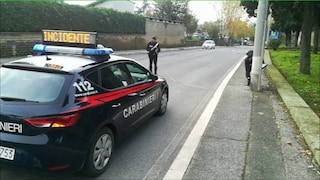 Roma, travolge un uomo con la macchina e scappa: 80enne è grave