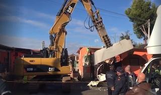 Roma, tensione durante la demolizione delle ville dei Casamonica: vigili aggrediti, tre fermati