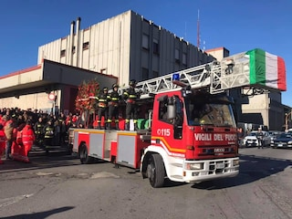 Rieti, funerali di Stefano Colasanti: la bara portata da un mezzo dei vigili del fuoco