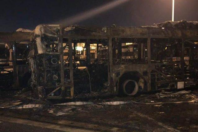 Ciò che resta degli autobus distrutti dall'incendio (foto dal profilo Facebook di Quintavalle Micaela)