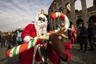 Centinaia di Babbo Natale invadano il centro di Roma in bicletta