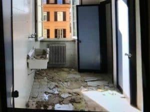 Il controsoffitto caduto a seguito delle perdite dal soffitto nel liceo Virgilio di Roma (Foto Collettivo Autorganizzato Virgilio)