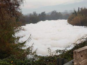 Il fiume Sacco, affluente destro del Liri, sempre più invaso dalla schiuma. [Foto da Twitter @Matteo Parlato] Immagine d'archivio.