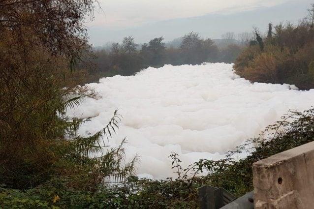 Il fiume Sacco, affluente destro del Liri, sempre più invaso dalla schiuma. [Foto da Twitter @Matteo Parlato]