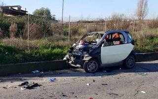 Incidente su via Pontina: schianto tra una Smart e un camion. L'automobilista è gravissimo