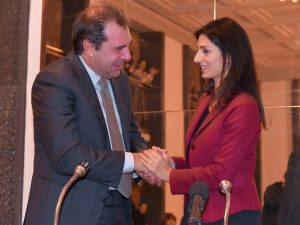 Daniele Gatti e Virginia Raggi alla presentazione del nuovo direttore musicale del Teatro dell'Opera di Roma (La Presse)