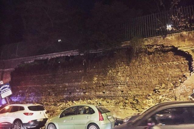 Il muro crollato (Foto dalla pagina Facebook Sapienza clandestina)