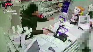 Roma, arrestati due rapinatori seriali: erano l'incubo di farmacie e uffici postali
