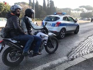 Attenzione a parlare al cellulare al volante: vigili in motocicletta per controlli e multe