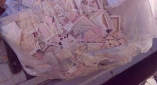 Mistero a Roma, nel cassonetto dei rifiuti c'è un sacco pieno di carte di identità